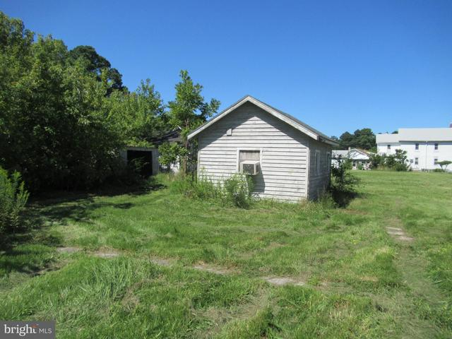 Yard featured at 26692 Old State Rd, Crisfield, MD 21817