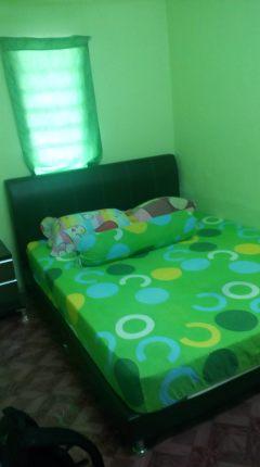 Ni bilik yang aku pilih, bilik lagi satu ada dua katil single.