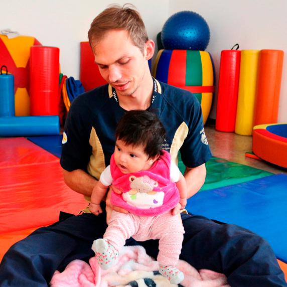 Bemeficiaria recibe servicio de terapia fisica en atencion temprana