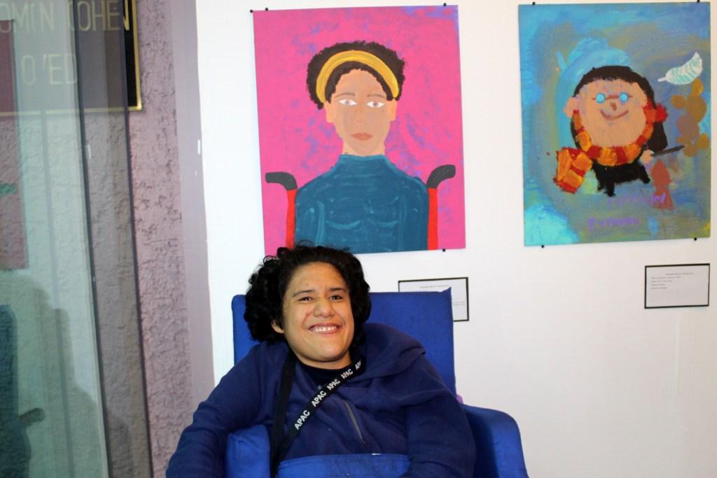 María Cristina del Rosario, del grupo de Artes Visuales, fue premiada con el primer lugar en la categoría especial de adultos en el Concurso de Dibujo y Pintura de Fundación ESRU.