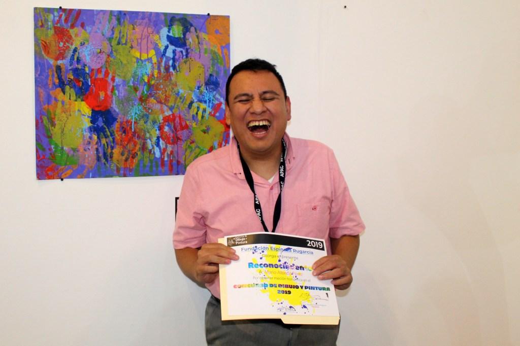 Mario Pérez, beneficiario de APAC, fue reconocido con mención honorífica en su participación en el Concurso de Dibujo y Pintura de Fundación ESRU.
