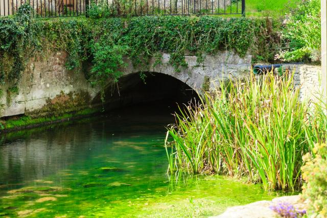 Visiting The 21 Prettiest Towns And Villages In The Cotswolds - bridge at Bibury