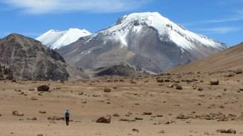 En route vers le col dans un désert de pierres ponce