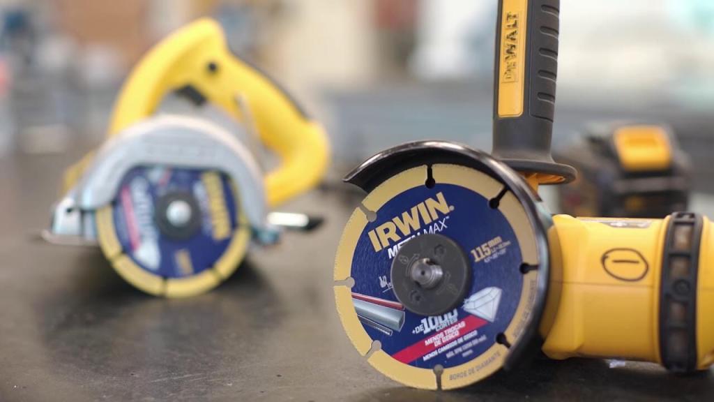 Disco abrasivo da Irwin da linha MetalMax de 115 mm com esmerilhadeira.