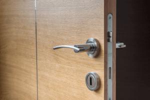 Faça você mesmo: instale a fechadura em sua porta de madeira!