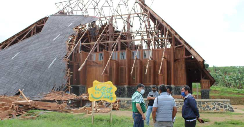 Atap Geo Theater yang Ambruk Masih Acak-acakan