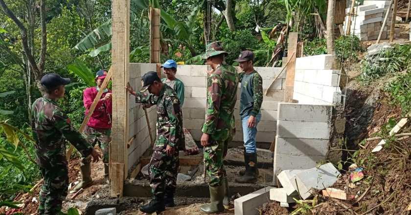 TNI dan Warga Membangun Jamban Umum