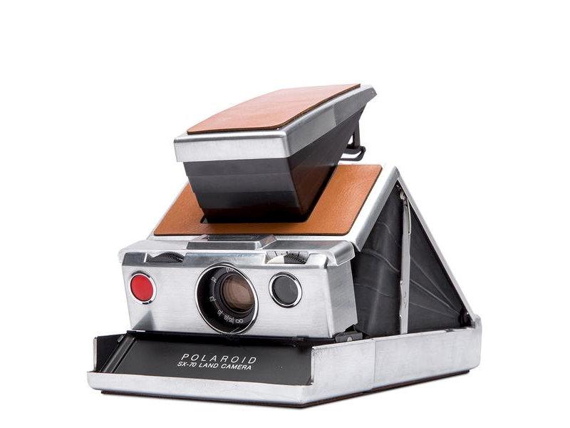 Aparat Polaroid SX-70 Classic - składany srebrny aparat polaroid z brązową skórzaną okleiną