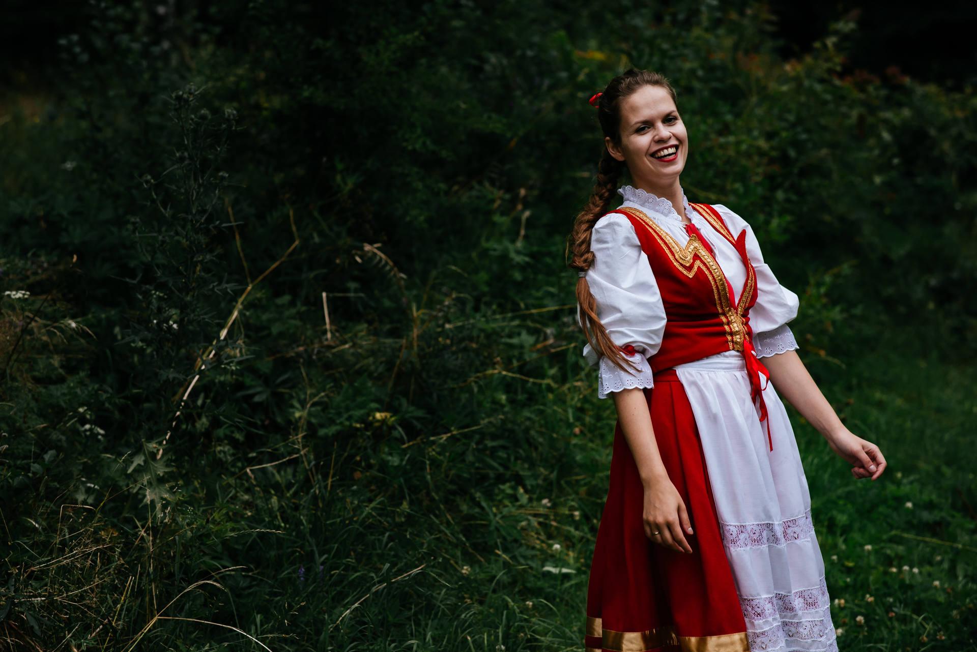 Sesja ślubna w stylu rustykalnym, z użyciem strojów ludowych, zrealizowana w skansenie na Kaszubach, w otoczeniu lasów, łąk i pól. Fot. Rafał i Magda Nitychoruk