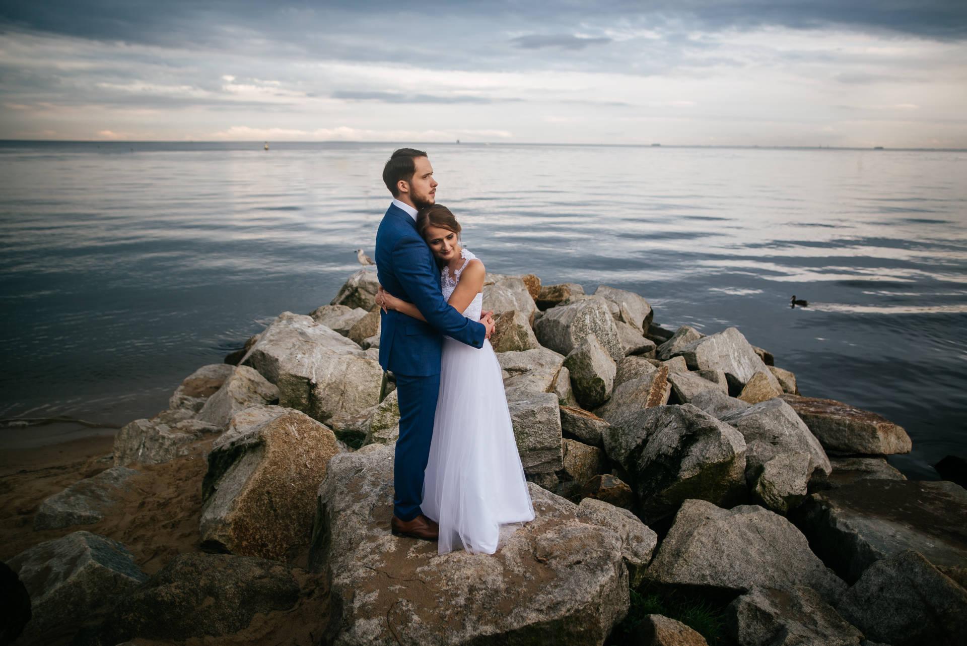Sesja ślubna w okolicy mola w Orłowie, na mniej znanej a przecież pięknej plaży w Gdyni. Fot. Rafał Nitychoruk aparatowo.pl