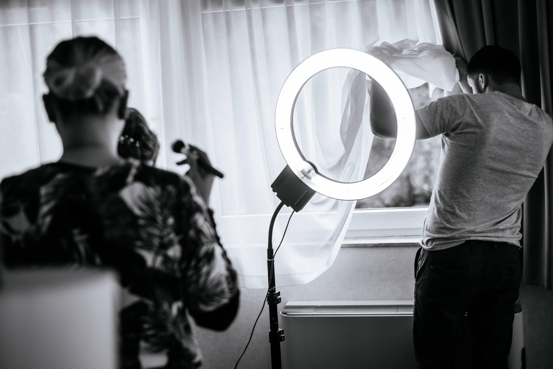 Kameralny ślub w zborze w Gdyni i wesele w nadmorskim Hotelu Gdyńskim, nad samym Bulwarem, kilkanaście metrów od morza i kilkadziesiąt od głównej plaży w Gdyni. Fot. aparatowo.pl