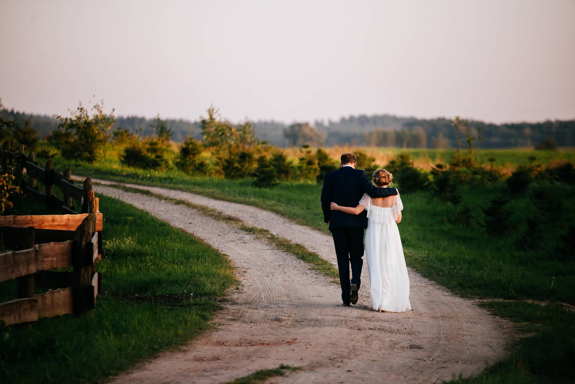 Cywilny ślub w plenerze i mazurskie wesele w stodole weselnej w Dębowej Osadzie - cudowna uroczystość ślubna Moniki i Maćka