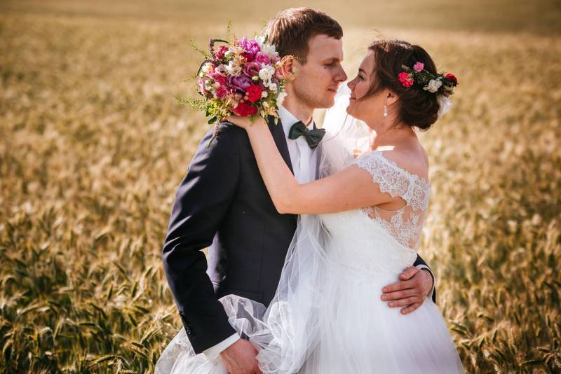 sesja ślubna w Borach Tucholskich - zdjęcia na łonie natury: na łąkach, na polu, w lesie i nad jeziorem na styku krain geograficznych Kaszub i Borów Tucholskich