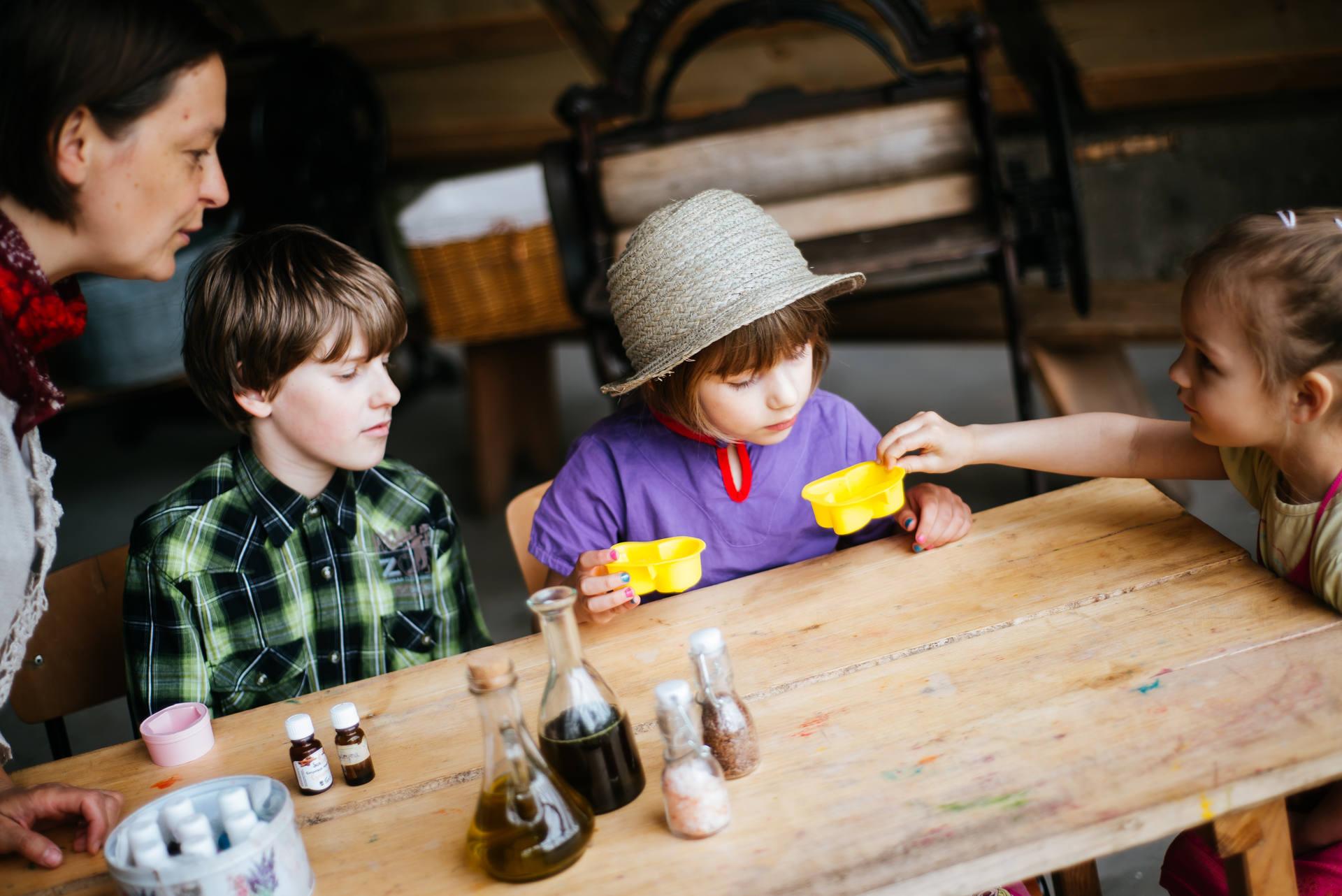 Teodoryk - Wioska Mydlarska - sesja zdjęciowa dla celów biznesowych i handlowych, jako relacja z warsztatów i zdjęcia produktowe, zrealizowana na terenie Górzna z udziałem dzieci. Fot. Nitychoruk