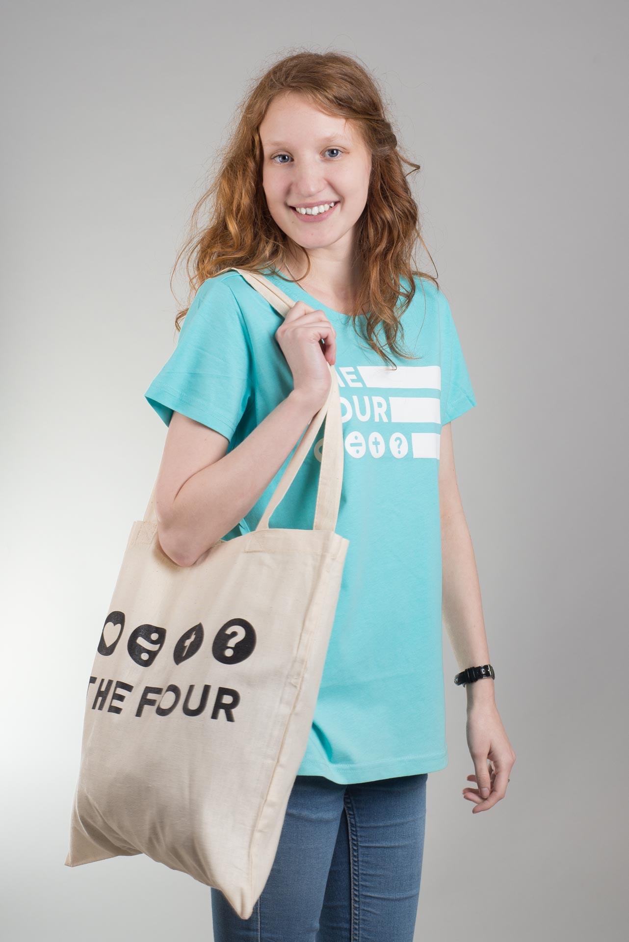 fotografia produktowa na potrzeby chrześcijańskiego sklepu internetowego - fotografia obejmowała materiały drukowane oraz ubrania, od T-shertów, przez bluzy, na torbach i plecakach kończąc