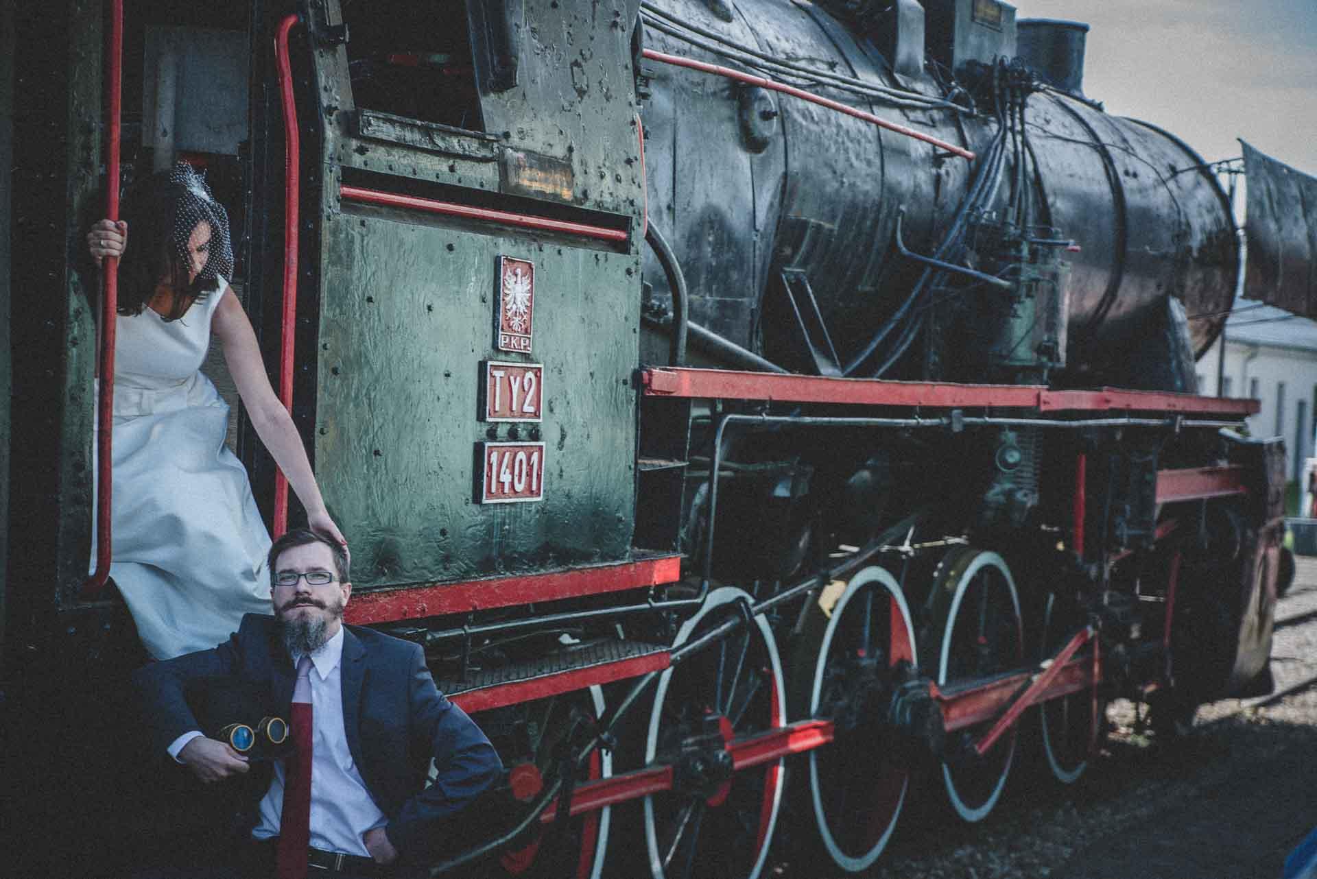Sesja ślubna w Muzeum Kolejnictwa w Kościerzynie, zrealizowana w stylu STEAMPUNK
