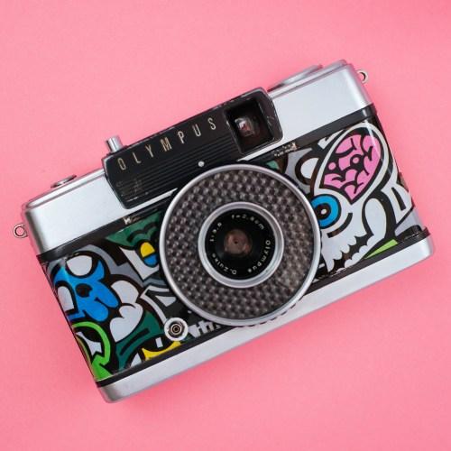 aparat analogowy na film 35mm (typ 135) z ręcznie wykonaną okleiną