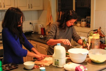 Cozinhar em comunidade.