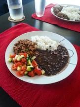 Feijão preto, salada, arroz e carne moída. OMG!