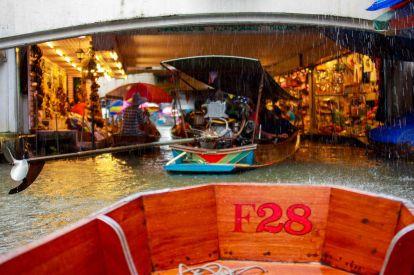 Floating Market embaixo de chuva