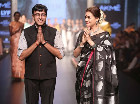 dia-mirza-walks-for-santosh-parekh-presented-by-tulsi-silks-at-lfw-wf-2016