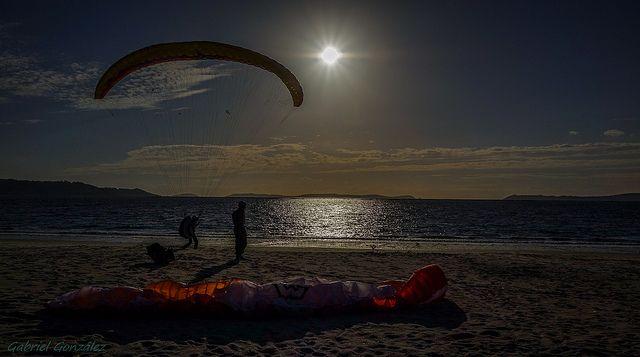 Parapente aterrizando en la Playa de Lapamán
