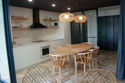 Cocina y recibidor de Apartamento Lapamán