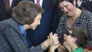 La Reina saluda a un joven sordociego. Foto EFE publicada por ABC
