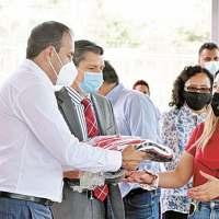 Alienta Cuauhtémoc Blanco a estudiantes de Upemor; también les entrega uniformes