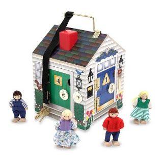 Anna Laura juega con la casa de cerraduras