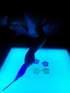 Anna Laura juega con la caja de luz – Mamá Luz