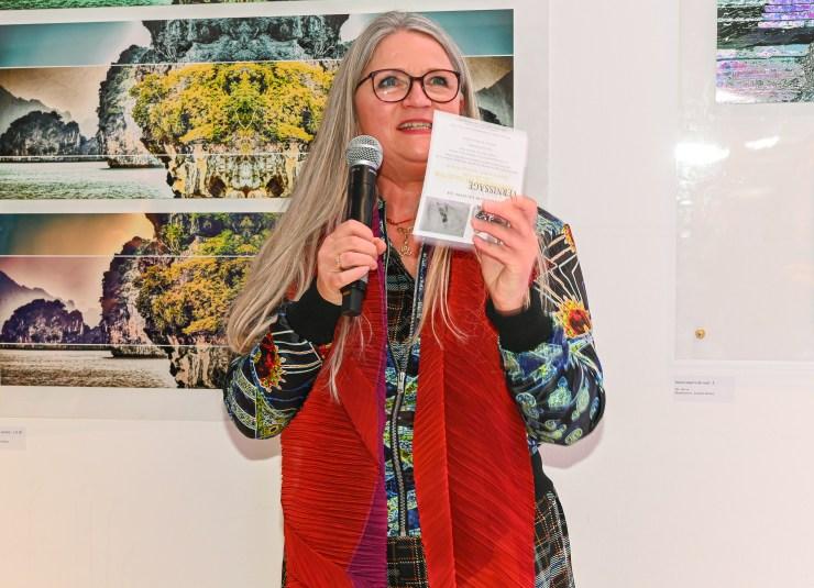Irina von Bentheim begruesst die Gaeste Vernissage der Ausstellung von NANNA KUCKUCK - Photography and Textile Landscape, Hotel Ellington, Berlin, 06.03.2020 Foto: Eva Oertwig / SCHROEWIG