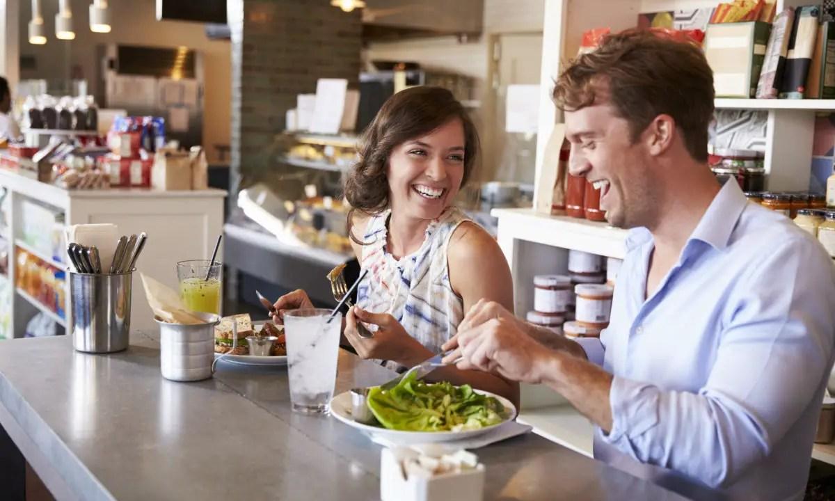https://i0.wp.com/apetitoenlinea.com/wp-content/uploads/2019/03/couple-enjoying-lunch-date-in-delicatessen-PHSWE5V-e1552968073241.jpg?resize=1200%2C720&ssl=1