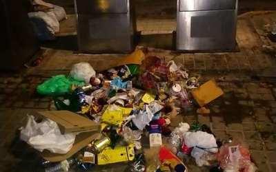 El PP de Torrent pide al gobierno socialista que actúe frente a la imagen de suciedad y falta de higiene junto a los contenedores