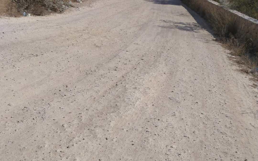 Una calle sin asfalto, sin limpieza y sin señales para ir de Torrent al Mas del Jutge