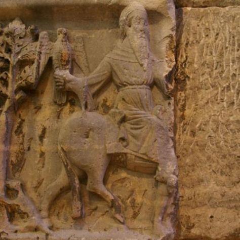 Detalhe de arca tumular com motivos alusivos à falcoaria