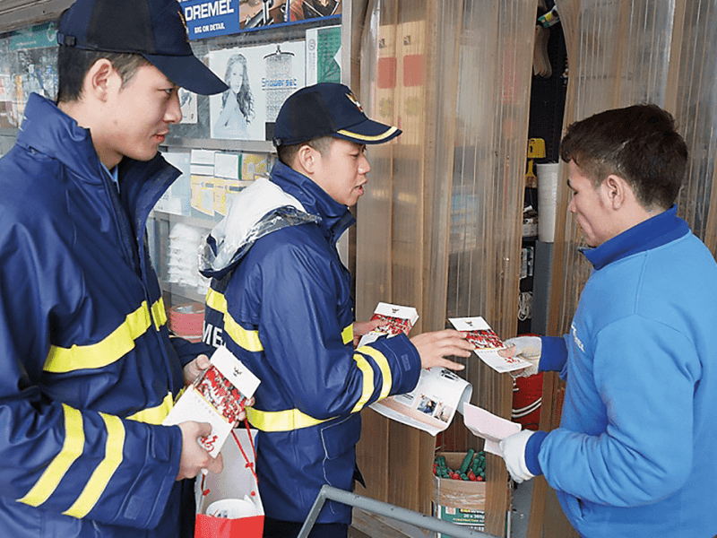 Fire Officers distribute the fire prevention leaflets to the citizens.