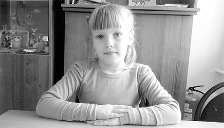 маленькая девочка ласкает сестричку фото