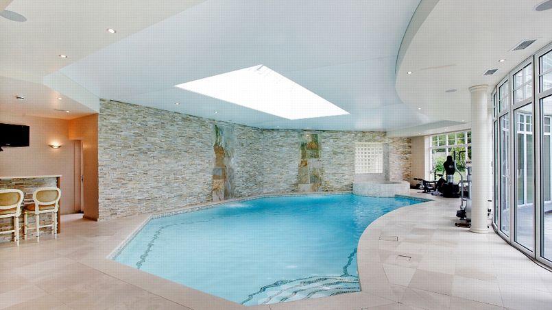 Piscine intérieure, appareils de musculation, spa et sauna agrémentent les lieux.
