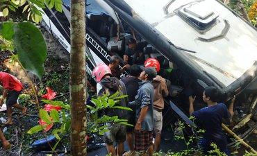bus-rombongan-guru-dari-tulungagung-mengalamai-kecelakaan-lima-meninggal
