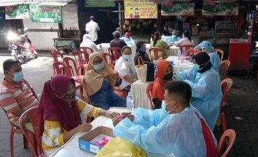 ribuan-pedagang-pasar-di-surabaya-terima-vaksinasi-covid-19