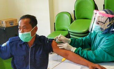 ratusan-nakes-dan-karyawan-rsud-dr-harjono-jalani-vaksinasi-tahap-ketiga