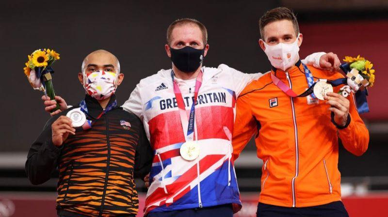 AZIZULHASNI (kiri) bersama pemenang pingat emas dan gangsa acara keirin lelaki, Jason Kenny (tengah) dan Harrie Lavreysen (kanan) selepas upacara kalungan pingat temasya Olimpik Tokyo 2020 di Veledrom Izu sebentar tadi. — AGENSI.