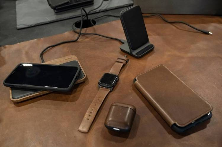 Accessories manufacturer Nomad uses only certified leather for its smartphone cases and chargers. The company's CO2 emissions are offset. — dpa