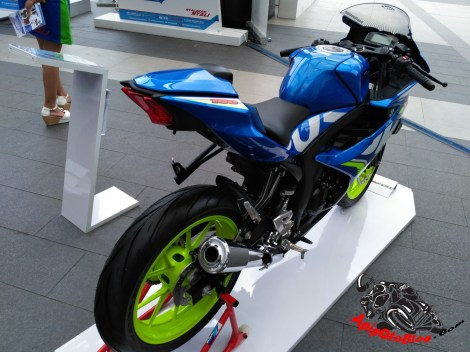 Modifikasi GSX R150 warna biru pelek hijau stabilo