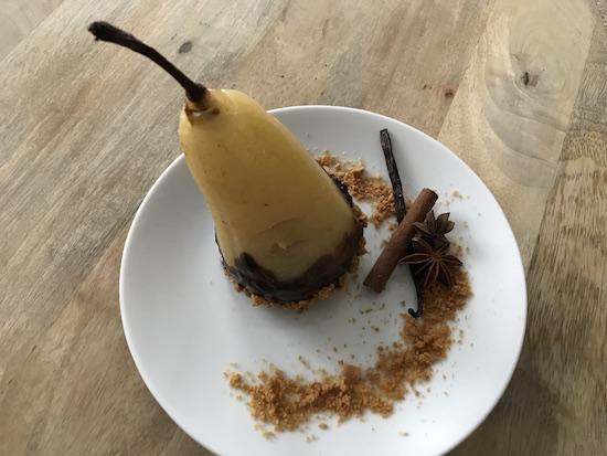 Poire pochée au miel et aux épices