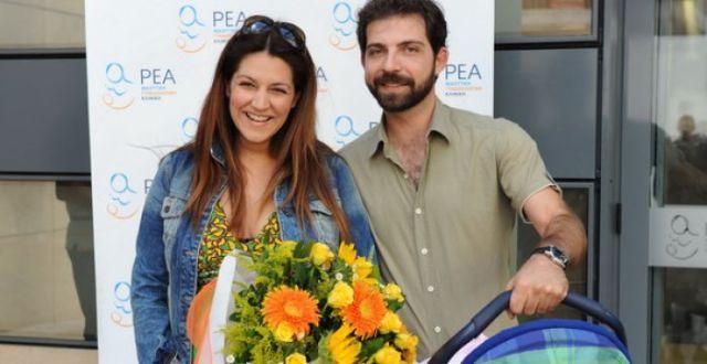 8 διάσημοι Έλληνες που ερωτεύτηκαν θαυμαστές τους και κατέληξαν στα σκαλιά της εκκλησίας