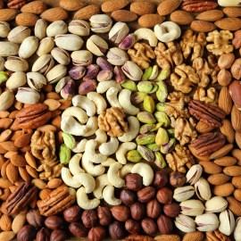 Eine Hand voll Nüsse – die Alternative zu zuckerhaltigen Naschereien