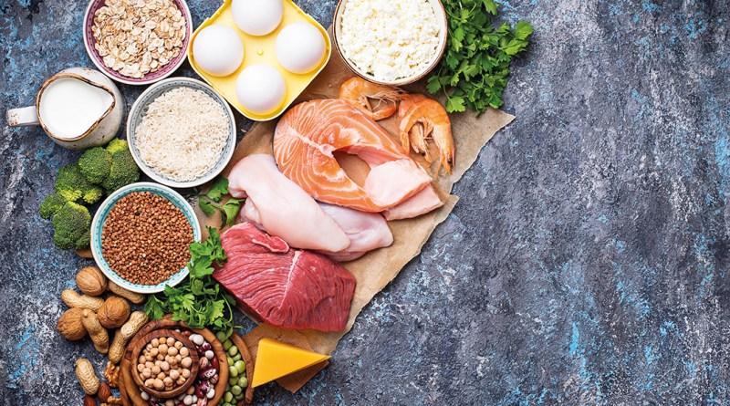 Fisch, Öl, Hülsenfrüchte von oben auf dunklem Hintergrund. Omega 3 Ernährung