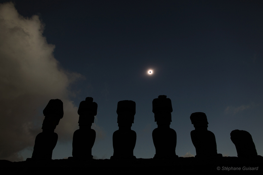 Solar eclipse from Easter Island.  Photo by Stephane Guisard.  Click for hi-res.